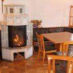 Unterschönau - Gastraum mit Kamin, Tischen, Stühlen