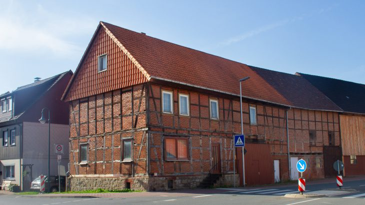 Einfamilienhaus in 37520 Osterode am Harz mit Anbau und Scheune